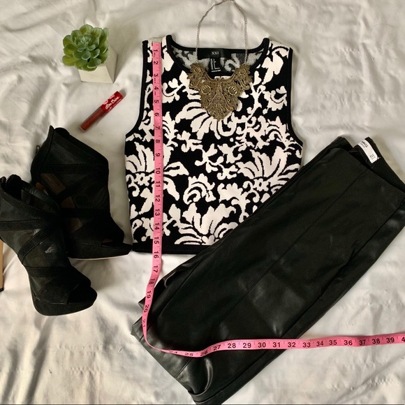 Forever 21 Tops - Black and white baroque sleeveless crop top